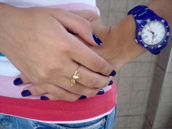 detalhes-unhas azuis-anel-bigode-bigodinho-look-usando-relogio-roxo-unha-roxa