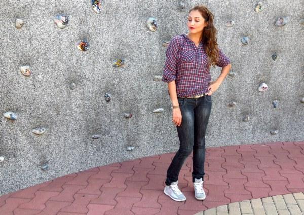 look do dia mulher jovem xadrez camisa sem ser caipira urbana jeans escuro lavagem escura tenis nike cano alto roxo estilo tiara de spike como combinar com cinto skateboarting loira ondulado batom vermelho dia a dia para ir no shopping cinema skate